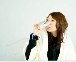 水を飲んでいる女性