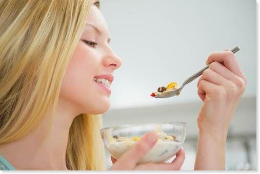 ドライフルーツを食べる女性